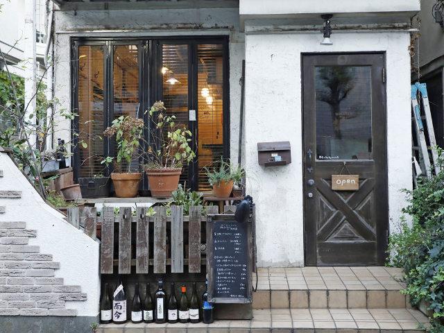 静かな街の路地裏に佇むワインバーが、長年愛される理由