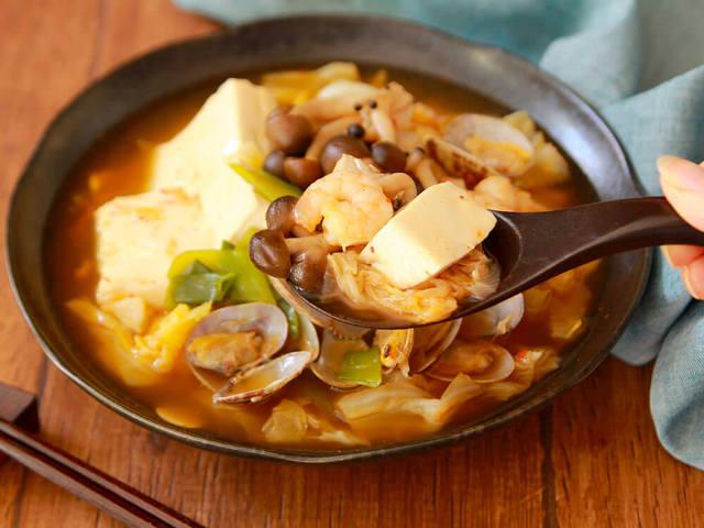 カプサイシンが代謝の促進をサポート! ピリ辛風味がおいしい「チゲ風海鮮スープ」