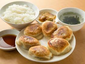 じゅわ~!! 「生きてる餃子」が肉汁たっぷりで超ウマい! 代々木『曽さんの店』で味わう巨大餃子