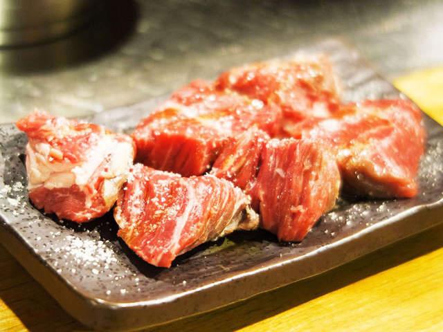 """""""一人焼肉の聖地""""高円寺で出逢った、肉汁あふれる塊肉がうまい『肉山』ゆかりの焼肉の新名店!"""