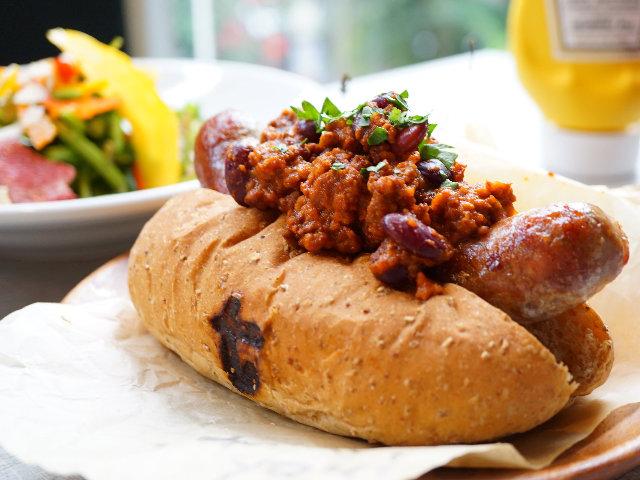 コスパ最強! がっつりランチ「ホットドッグ」の自家製ソーセージがうまい『神楽坂ワイン食堂Terzo』