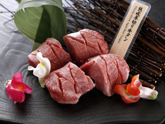 銀座『焼肉会席 舌牛』で肉汁あふれる焼肉を味わい尽くせ! 熟成厚切り牛タンは必食だ。