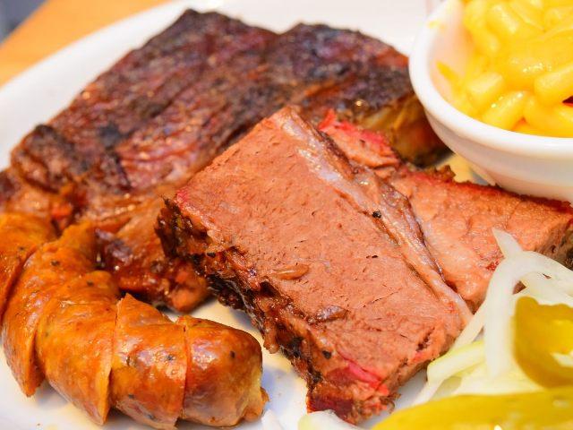 極旨の肉に焼き上がる秘訣は、店内にある巨大○○! これが正真正銘、本場アメリカのバーベキュー