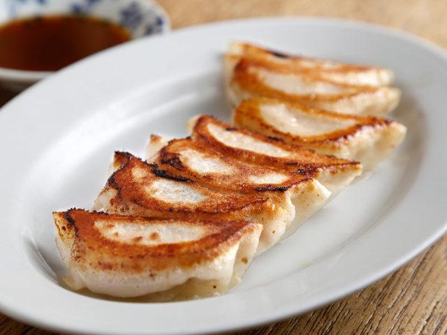 皮から手作りする、激ウマ「餃子」に箸がとまらない! 餃子マニアが本気で惚れた『餃子荘ムロ』
