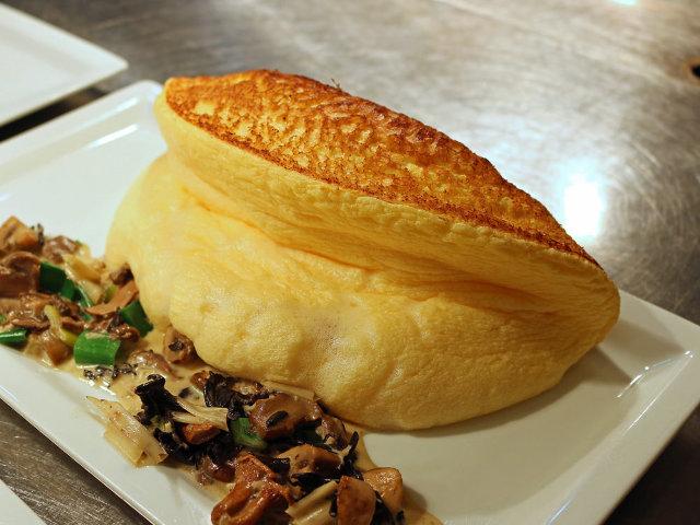 ふわっふわなオムレツは必食! モン・サン・ミッシェルの麓で世界の人を虜にする『ラ・メール・プラール』