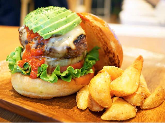 これが和牛100%バーガー! とろけるハンバーグとチーズのWとろ~りにノックアウト!