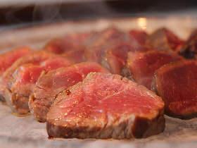 しっとりジューシーな肉がたまらない! 水晶プレートで焼いた肉が5,000円で楽しめる新店がオープン