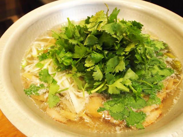 今年の鍋トレンドは「パクチー」で決まり! もりもりパクチーがくせになる新感覚タイ料理「鴨パクチー鍋」