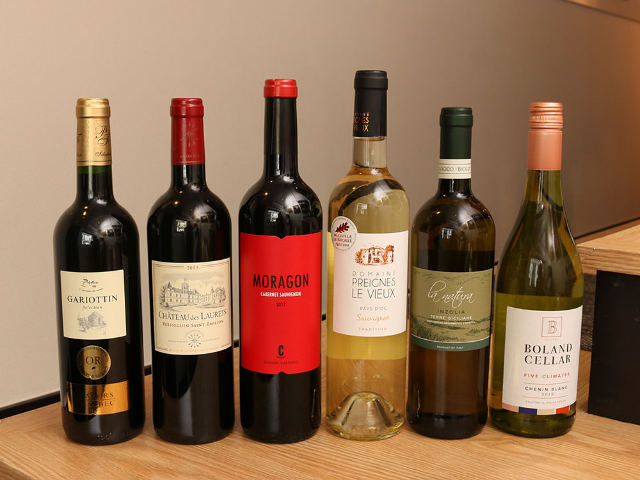 6本のワインがずらっと並んでいる
