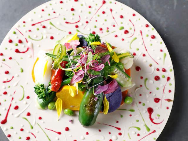 カラフルなソースと野菜が映えるお皿