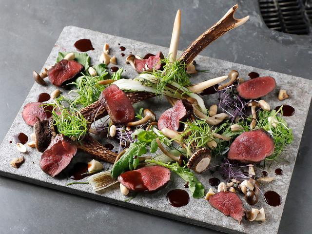 お肉とハーブが入り混じって盛り付けされたお皿
