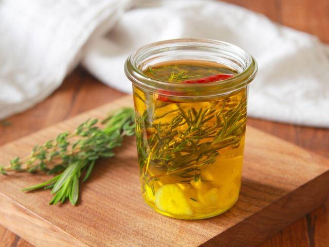 「ガーリックハーブオイル」は素材をアップグレードする調味料!おいしくなる使い方と簡単活用レシピ
