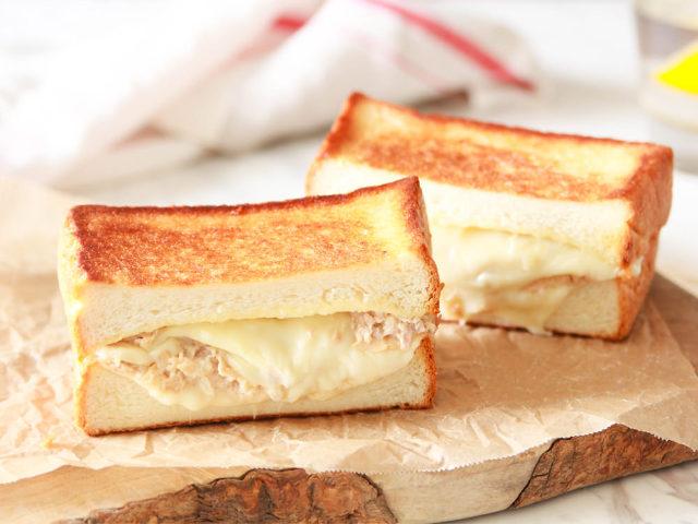 1.こんがり焼けたパンの香ばしさは格別!チーズとツナの相性は文句なしの「ツナメルト」