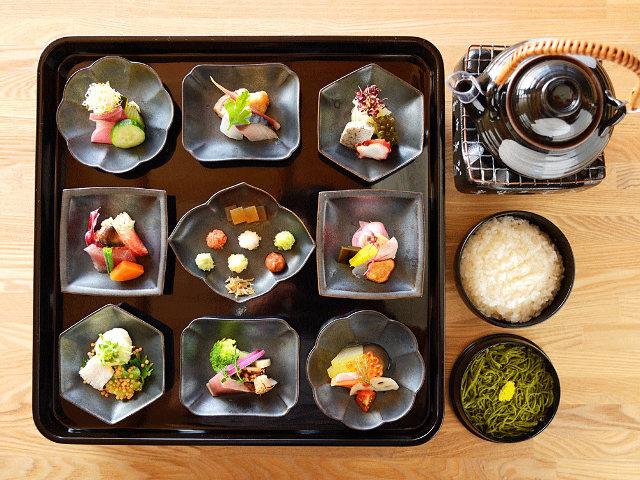 50種類の具材を合わせて美しいお寿司を創ろう。カフェのようにくつろげるお寿司屋さん「アウーム」