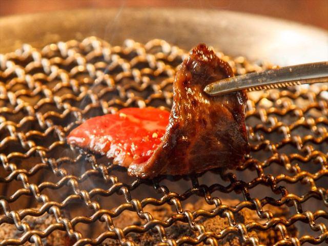 【超保存版】焼肉の焼き方決定版!炭火網焼き店で部位ごと・タレと塩の焼き方を肉の専門家が超詳しく解説!